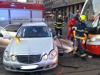 U stanice metra I. P. Pavlova se v úterý ráno srazila tramvaj s osobním autem....