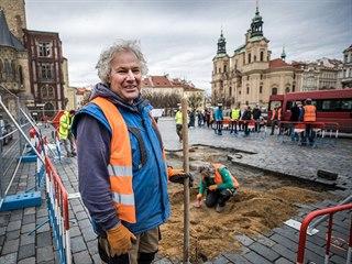 Akademický sochař Petr Váňa začal vykopávat základy Mariánského sloupu, na...