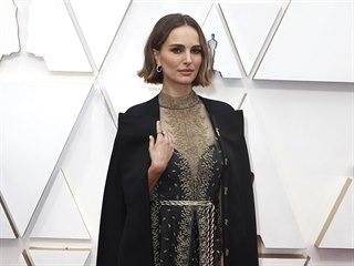 Natalie Portmanová ve futuristické róbě s pláštěm. Vypadá, jako by šlo o...