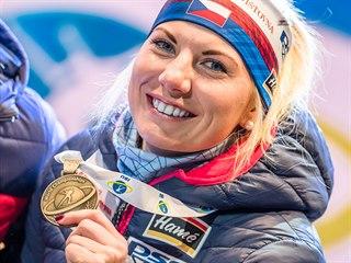 Lucie Charvátová s bronzem, který si vyjela ve sprintu na MS v Anterselvě.
