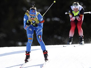 Italská biatlonistka Dorothea Wiererová (vpředu) na trati stíhacího závodu v...