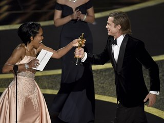 Regina Kingová předává Oscara Bradu Pittovi Získal jej v kategorii nejlepší...