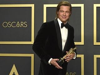 Brad Pitt se svým prvním Oscarem. Získal jej za vedlejší roli ve filmu Tenkrát...