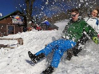 Snímek z posledního lyžařského kurzu na školní chatě u vleku Javor