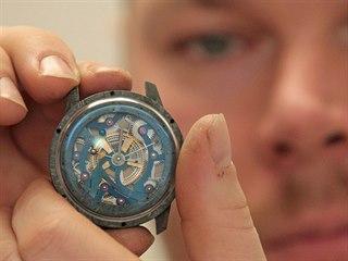 Ondřej Berkus se svým novým výtvorem, hodinkami s planetáriem