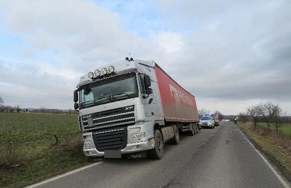 Řidič s instruktorem autoškoly ujeli od nehody kamionů, trest hrozí oběma