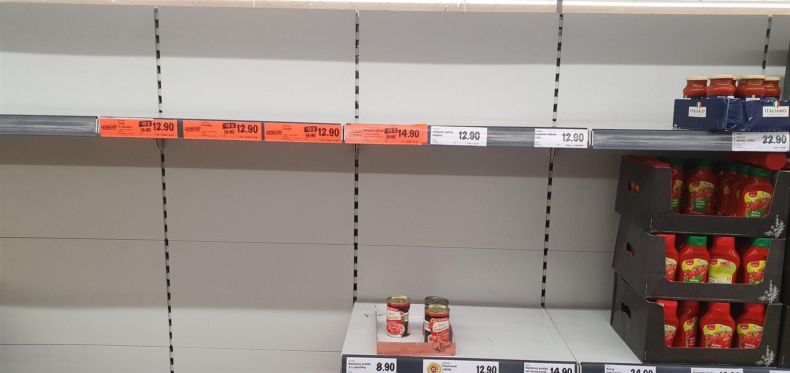 Regály v supermarketu Lidl v městské části Praha 5 (26. února 2020)