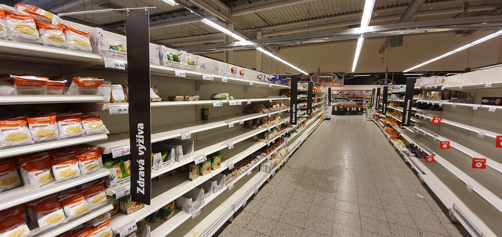 Regály v supermarketu Globus v pražském Zličíně (26. února 2020)