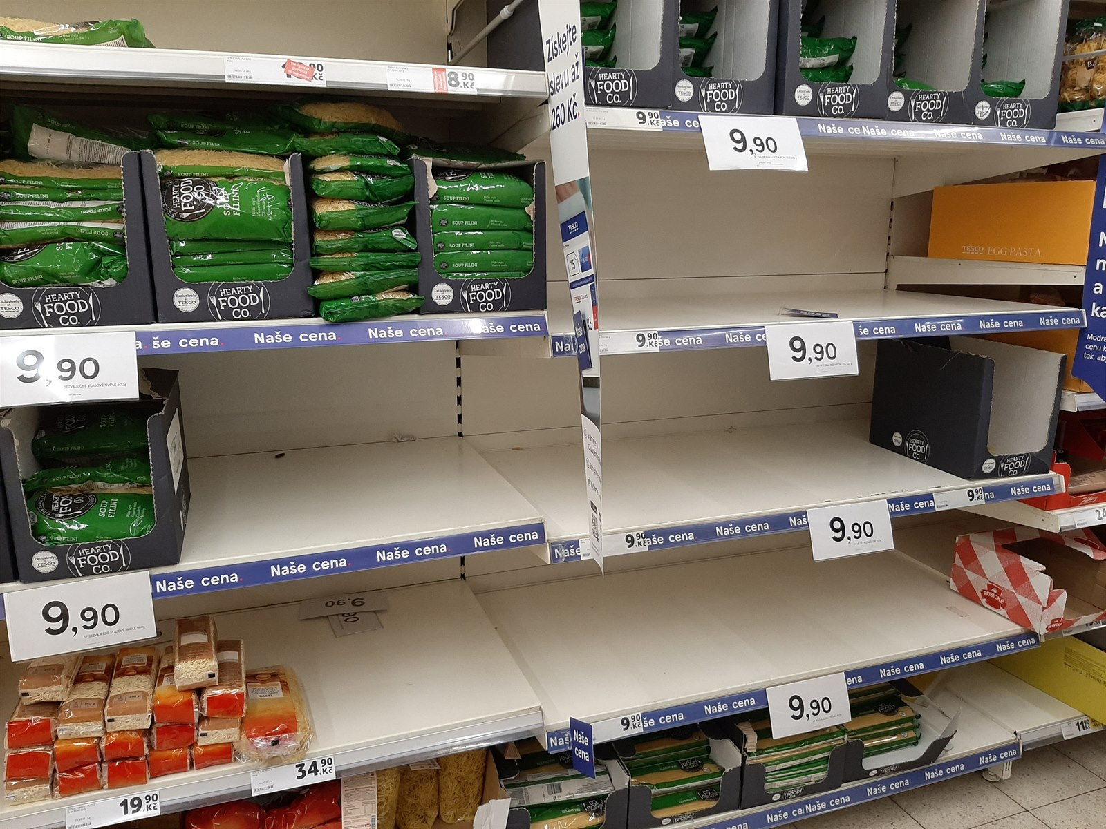 Regály v supermarketu Tesco v Praze (26. února 2020)