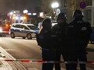 Policisté zajišťují oblast po střelbě v německém městě Hanau (20. února 2020)