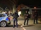 Policisté zajišťují oblast po střelbě v německém městě Hanau. (20. února 2020)