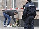 Muž pokládá kytky před šiša bar v německém městě Hanau, kde útočník se zřejmě...