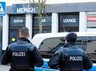 Policisté stojí před šiša barem v německém městě Hanau, kde útočník se zřejmě...