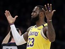 LeBron James z Los Angeles Lakers po úspěšném trojkovém pokusu.