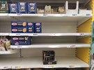 Regály v supermarketu Tesco v Příbrami (26. února 2020)