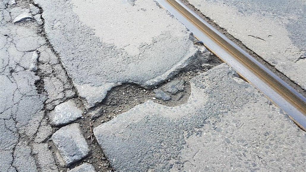 Silničáři opraví nejhorší ulici v Brně, řidiči tankodrom raději objíždějí