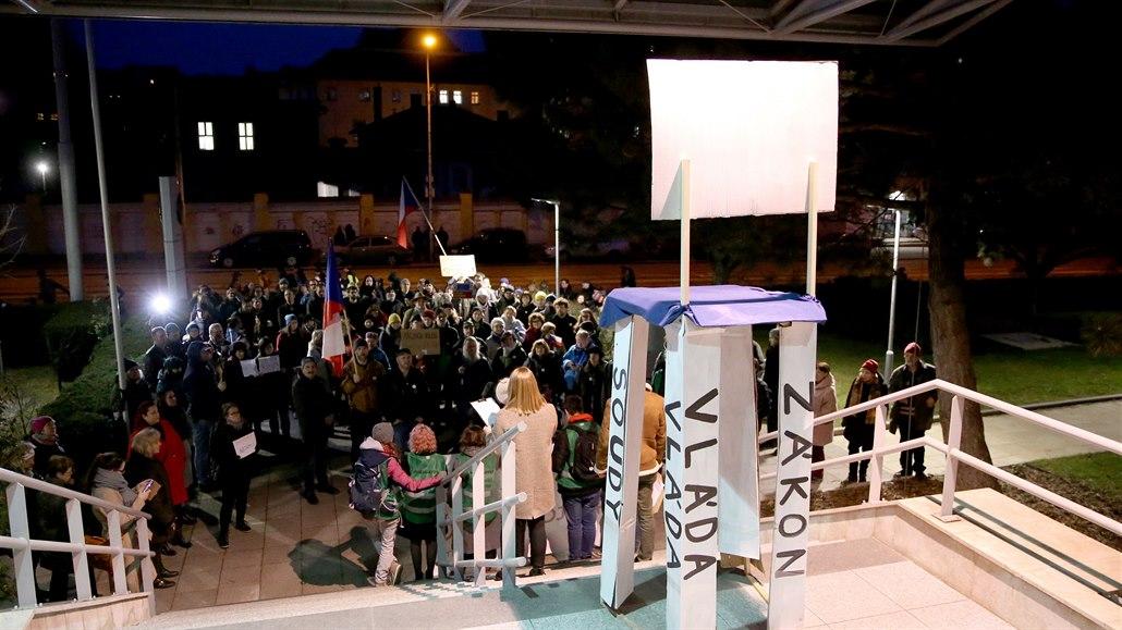 Demonstranti podřezali nohu židle, aby poukázali na křehkost demokracie