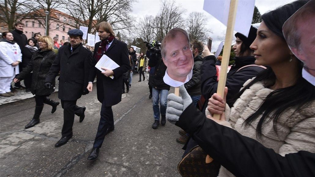 Odvolaného ředitele brodské psychiatrie podpořily před ministrem stovky lidí