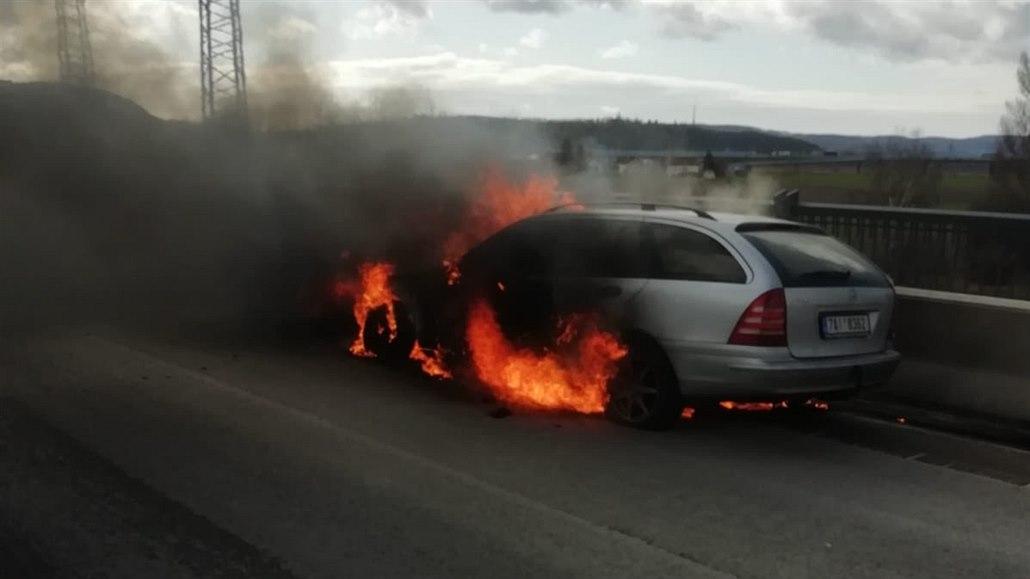 Na Strakonické v Praze hořelo auto, autobusy jezdily oklikou