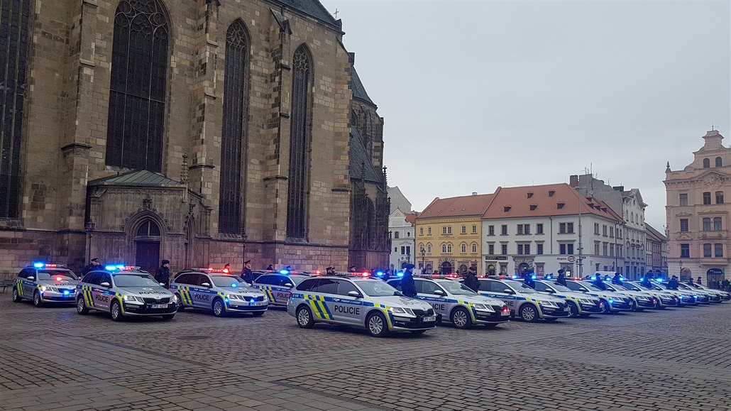 Čtyři desítky nových policejních octavií rozblikaly plzeňské náměstí