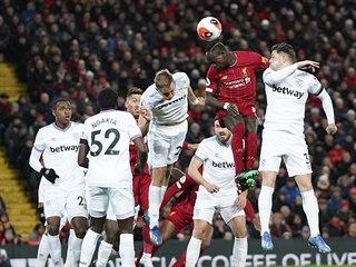 Sadio Mane z Liverpoolu hlavičkuje, z levé strany s ním skáče Tomáš Souček z...
