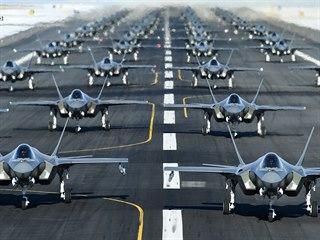 Letouny F-35 amerického letectva na Hillově základně v Utahu