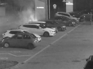 Opilá žena řádila u autosalonu, jeden vůz zapálila