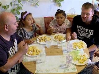 Společný oběd. Manžel uvařil pro dcery, milence své ženy i pro náhradní...