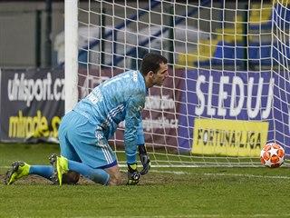 Zlínský brankář Matej Rakovan se smutně ohlíží za sebe, právě dostal gól od...