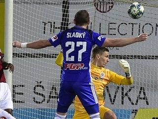 Sparťanský brankář Milan Heča máchl do prázdna a Olomouc se raduje. Střelech...