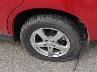Neznámý pachatel ostrým předmětem poničil pneumatiky tří desítek aut.