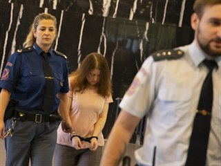 Ženu obžalovanou z vraždy vlastní matky přivedla ke Krajskému soudu v...