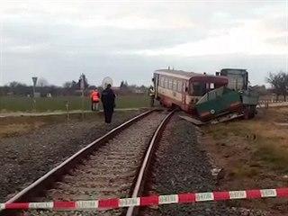 Kamion narazil na Nymbursku do vlaku, zranily se tři děti
