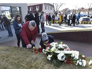 Lidé v Uherském Brodě přicházeli položit květiny a zapálit svíčky na pietním...