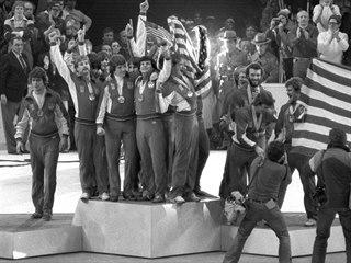 Američtí hokejisté se se zlatými medailemi na krku radují ze senzačního triumfu...