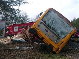 Na přejezdu u Staré Hutě na Příbramsku se střetl osobní vlak s nákladním...