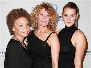 Mikaela Spielbergová, její matka, herečka Kate Capshawová a sestra Destry Allyn...