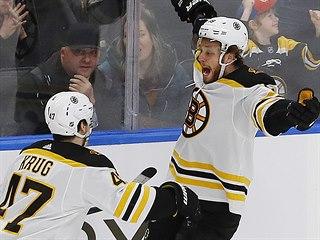 Torey Krug (47) a David Pastrňák slaví vítězný gól Bostonu proti Edmontonu.