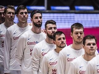 Čeští reprezentanti naslouchají národní hymně.