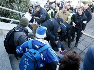 Před sídlem ombudsmana se sešli odpůrci i příznivci Stanislava Křečka, kterému...