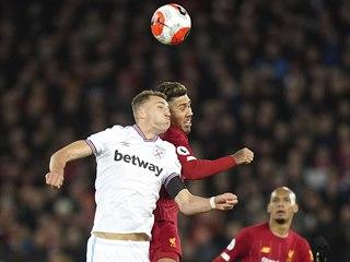 Záložník Tomáš Souček v dresu West Hamu svádí hlavičkový souboj s liverpoolským...