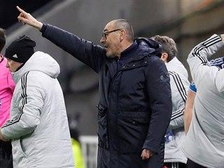 Maurizio Sarri, trenér fotbalistů Juventusu, udílí pokyny. V pozadí ošetřují...