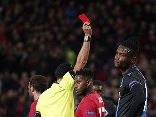 Fotbalový obránce Simon Deli (Bruggy) dostává červenou kartu v zápase Evropské...