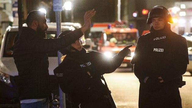 Police zajišťuje oblast po střelbě v německém městě Hanau (20. února 2020)