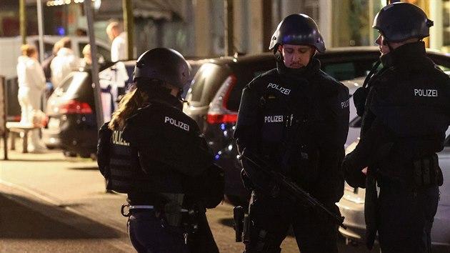 Desítky policistů a záchranářů dorazily na místo střelby v německém městě Hanau nedaleko Frankfurtu nad Mohanem (20. února 2020)
