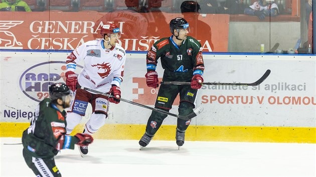 Olomouckı útoèník Rostislav Olesz (vpravo) bìhem duelu s Tøincem