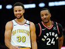 Stephen Curry (vlevo)z Golden State a Norman Powell z Toronta.