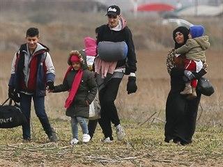 Migranti snažící se překročit turecko-řeckou hranici. (5. března 2020)