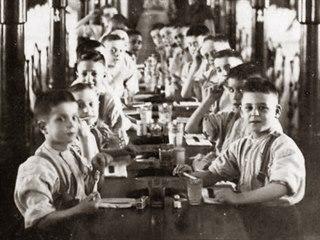 Navenek se ústavy tvářily jako vzor pomoci opuštěným dětem. Jako klášterní...