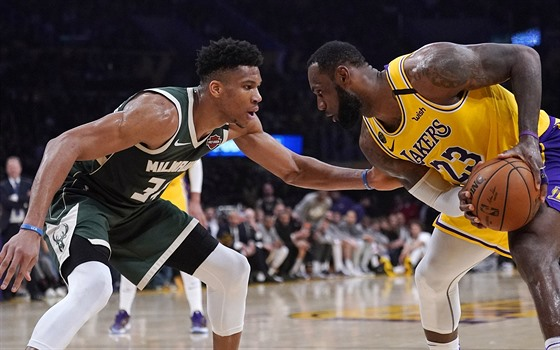 LeBron James (vpravo) z LA Lakers, jeho rival Janis Adetokunbo z Milwaukee...